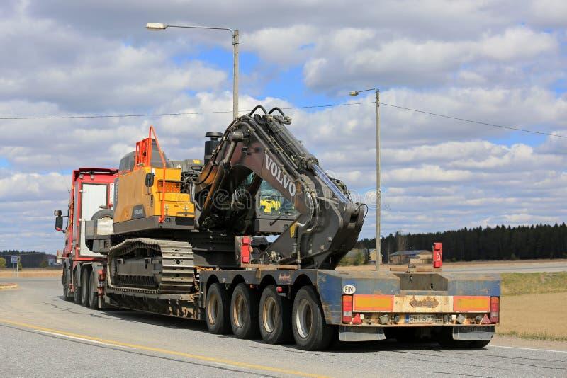 Vehículo de transporte pesado en la intersección del camino imágenes de archivo libres de regalías