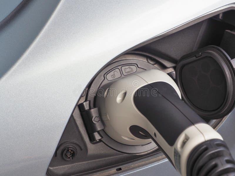 Vehículo eléctrico o coche de EV que carga energía eléctrica foto de archivo