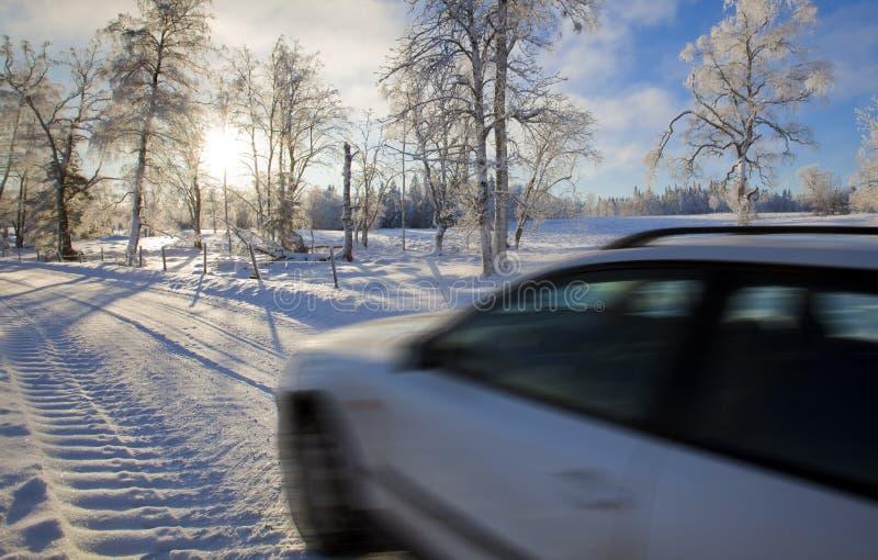 Vehículo en el callejón nevoso foto de archivo