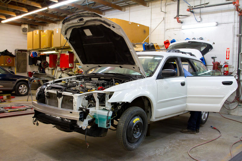 Vehículo en taller de reparaciones auto fotos de archivo