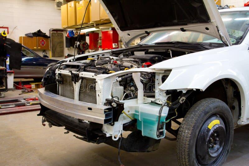 Vehículo en taller de reparaciones auto foto de archivo