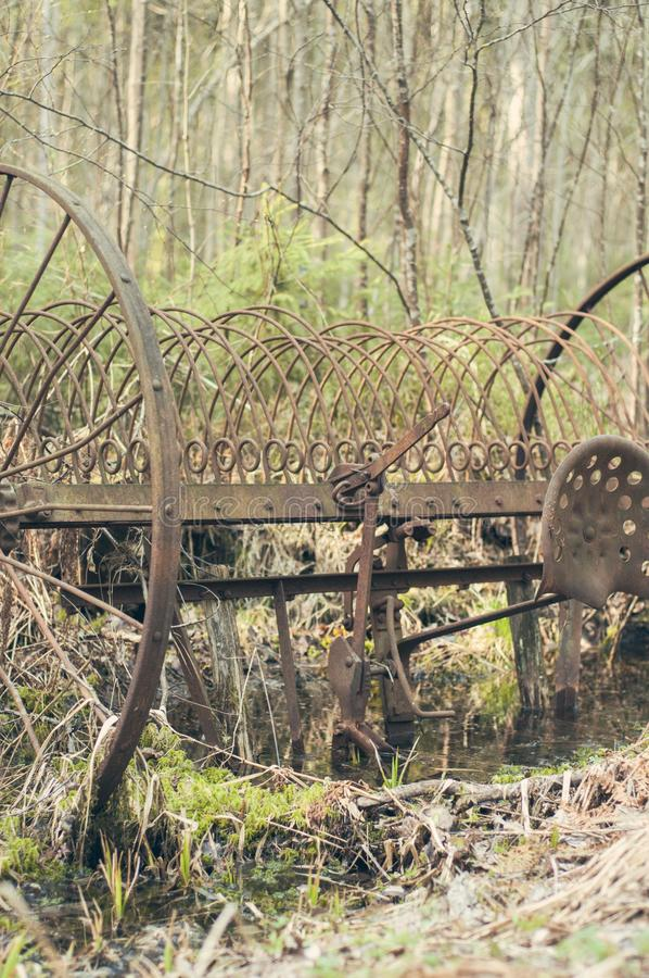 Vehículo oxidado olvidado en el bosque finlandés imagen de archivo
