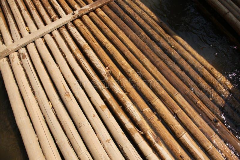 Vehículo que transporta en balsa de bambú fotografía de archivo libre de regalías