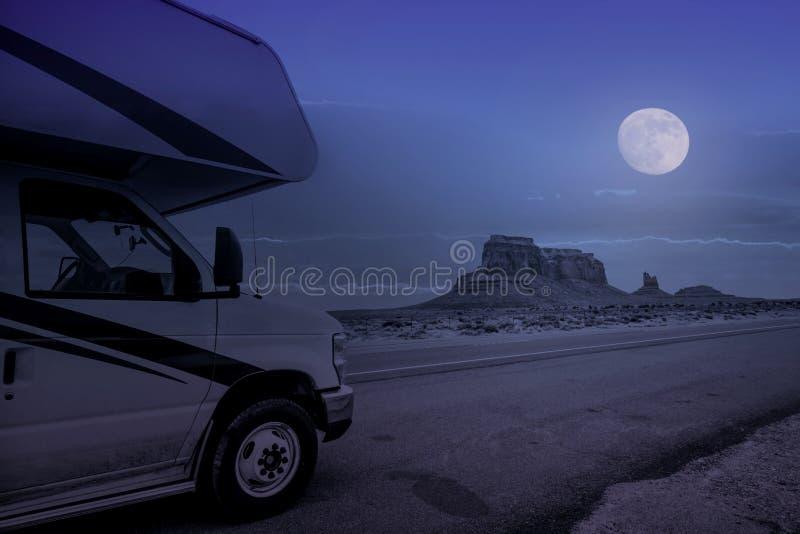 Vehículo recreativo en valle del monumento en la noche de la Luna Llena foto de archivo