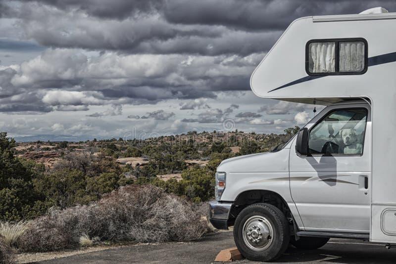 Vehículo recreativo que parquea en desierto imagen de archivo