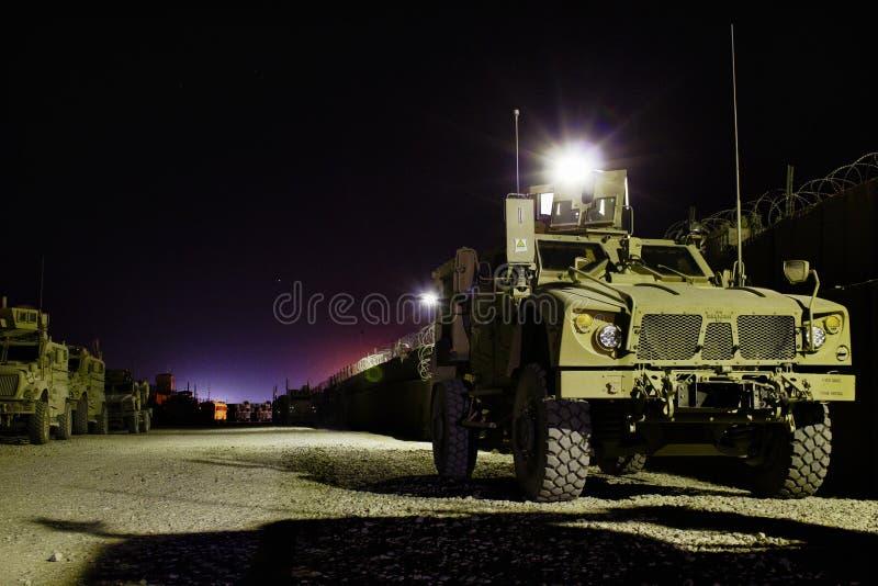Vehículos blindados americanos en Afganistán en la noche fotos de archivo libres de regalías