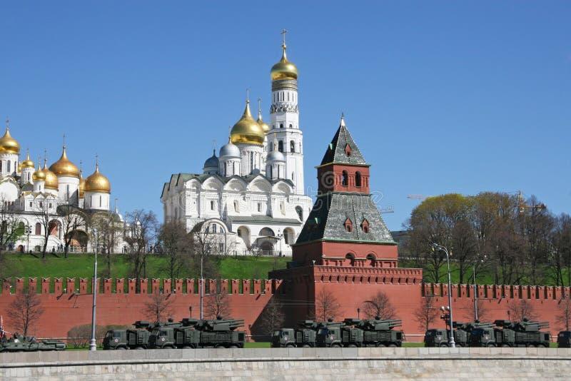 Vehículos blindados con los obuses cerca de la pared del Kremlin fotografía de archivo
