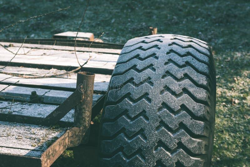 Vehículos campo a través no identificados durante un safari del desierto - vintage e foto de archivo