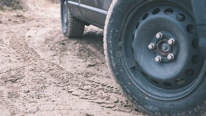 Vehículos campo a través no identificados durante un safari del desierto - vintage f fotos de archivo