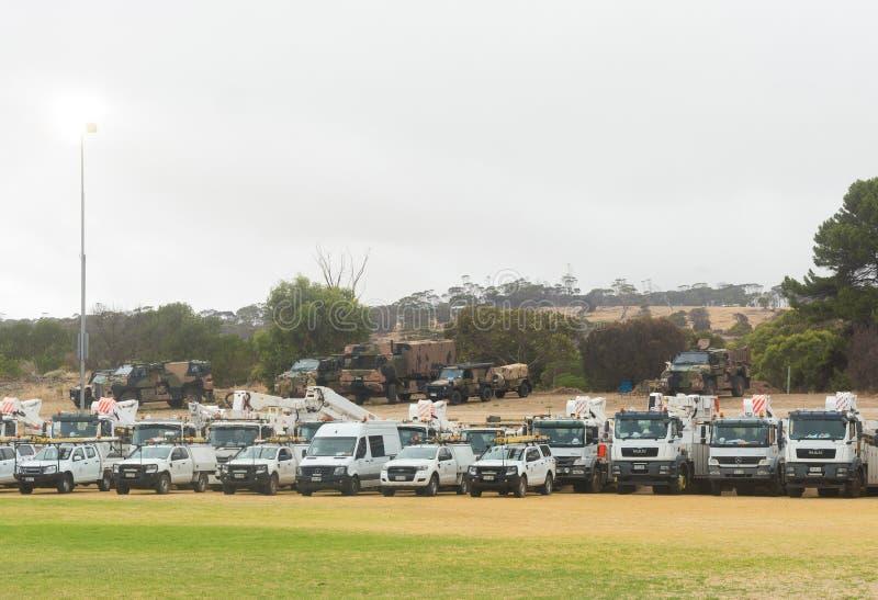 Vehículos de emergencia y del ejército alineados en oval fotos de archivo