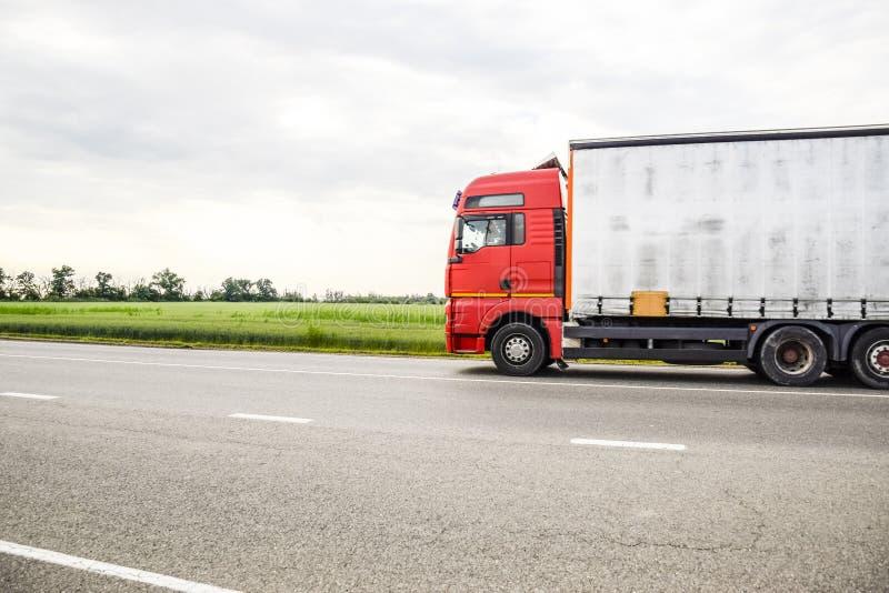 Vehículos de la carga en la pista Coche de carga Camión imagen de archivo libre de regalías