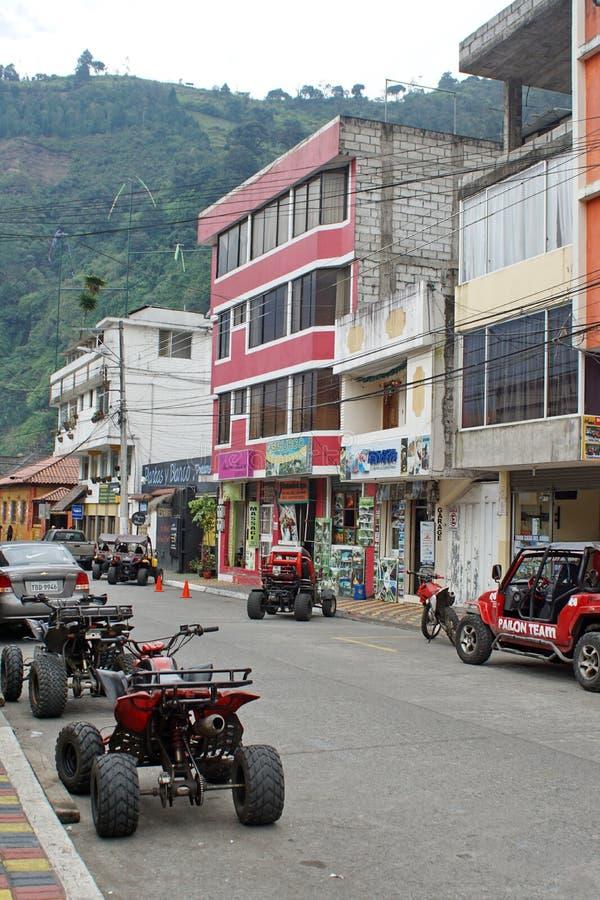 Vehículos del viaje parqueados en Banos, Ecuador imagen de archivo libre de regalías
