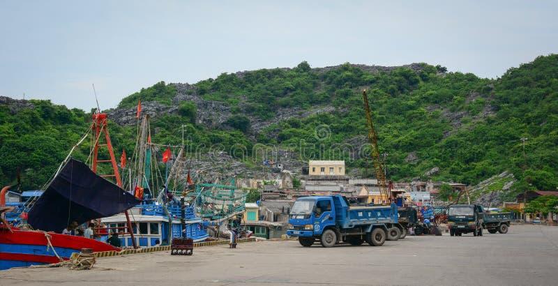 Vehículos en el puerto en Haifong, Vietnam foto de archivo libre de regalías