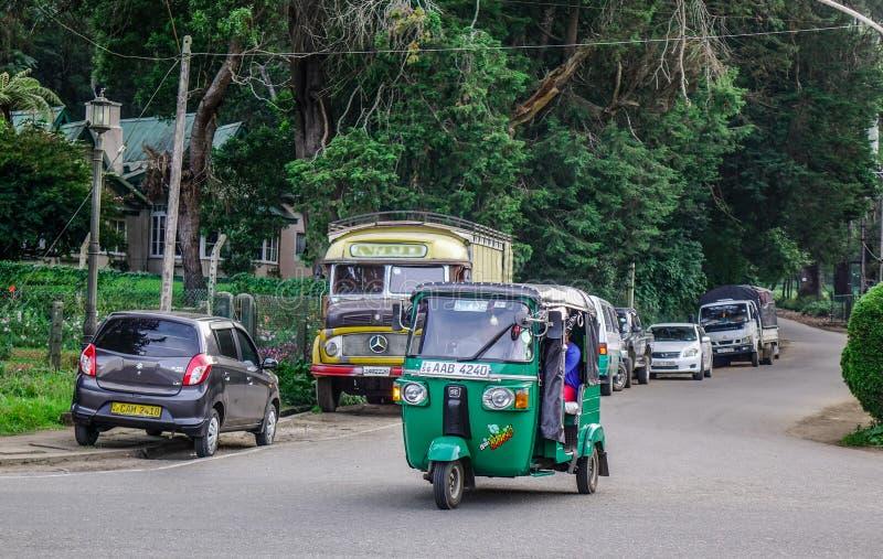 Vehículos en la calle en Nuwara Eliya foto de archivo