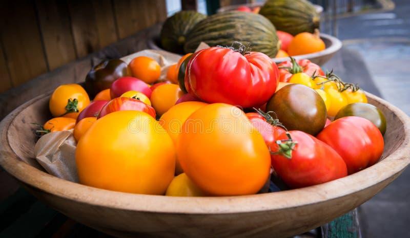 Vehículos frescos de la granja Cosecha del otoño y concepto sano del alimento biológico Bio verduras frescas en un colmado imagenes de archivo