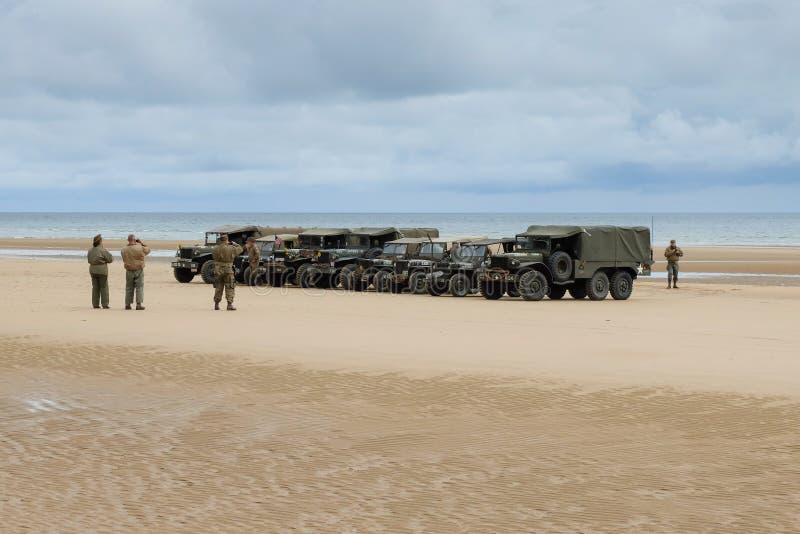 Vehículos militares en Omaha Beach para el commemora del aniversario del día D foto de archivo libre de regalías