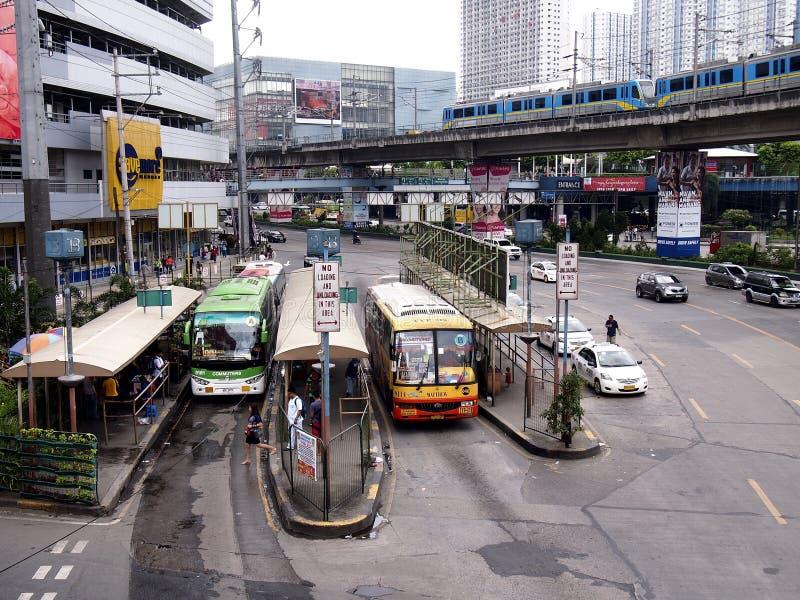 Vehículos públicos y privados del transporte a lo largo de EDSA imagen de archivo libre de regalías
