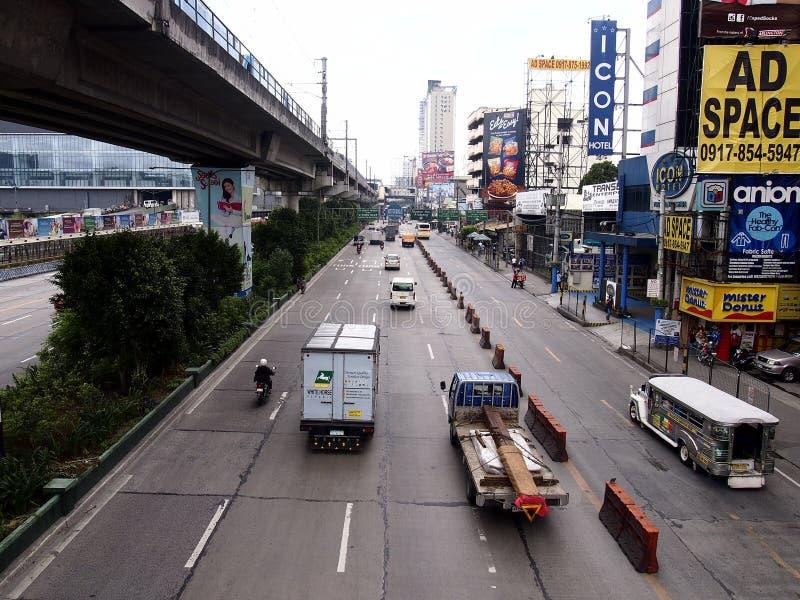 Vehículos públicos y privados del transporte a lo largo de EDSA fotografía de archivo