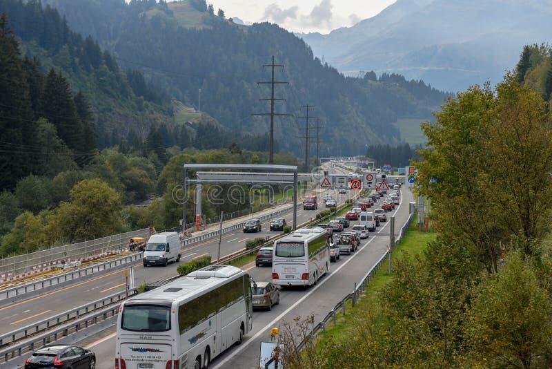 Vehículos que esperan en la cola para entrar en el túnel de Gotthard en Switzer fotos de archivo