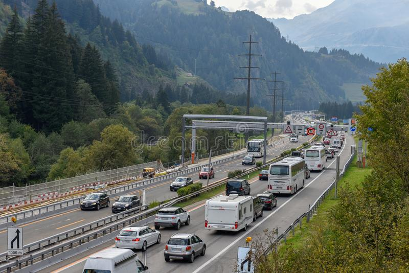 Vehículos que esperan en la cola para entrar en el túnel de Gotthard en Switzer imágenes de archivo libres de regalías