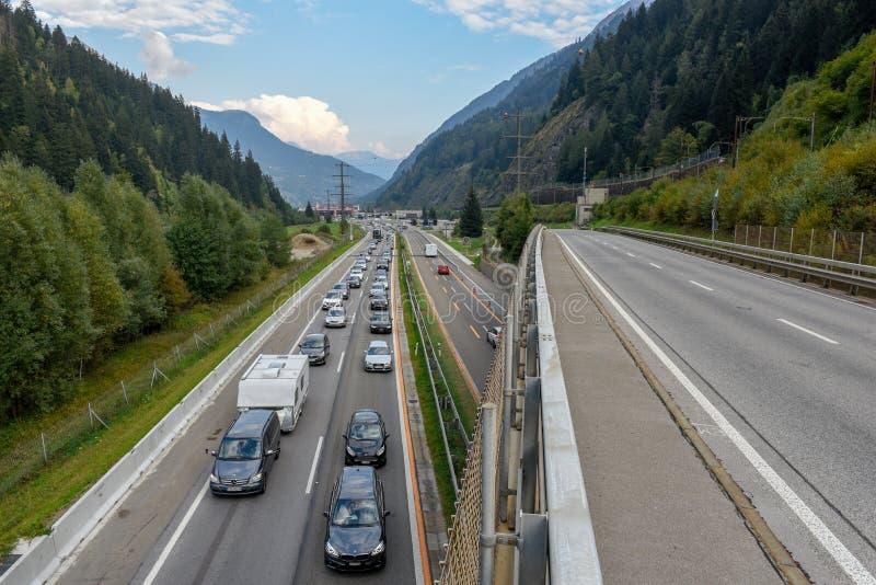 Vehículos que esperan en la cola para entrar en el túnel de Gotthard en Switzer fotos de archivo libres de regalías