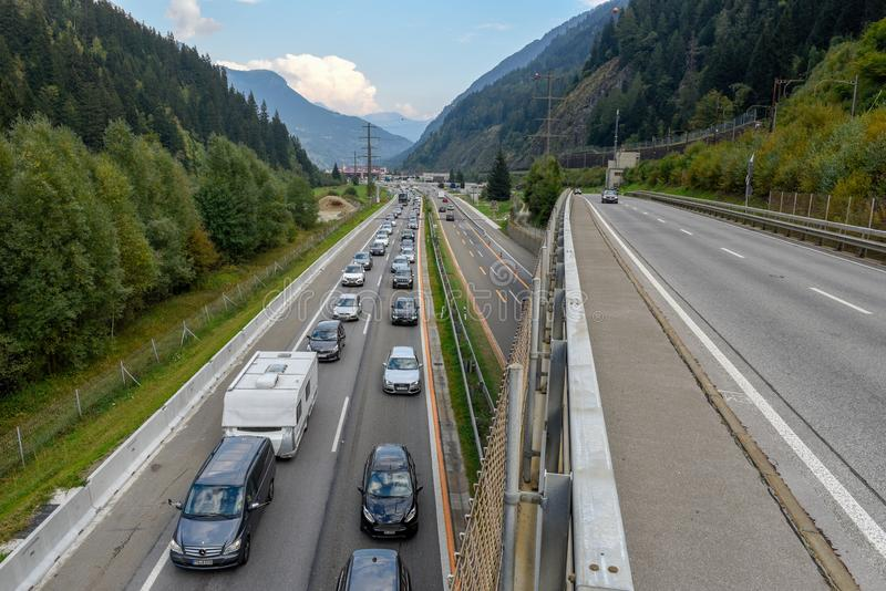 Vehículos que esperan en la cola para entrar en el túnel de Gotthard en Switzer imagen de archivo libre de regalías