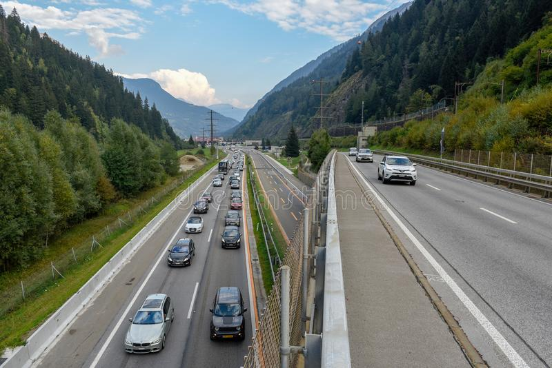 Vehículos que esperan en la cola para entrar en el túnel de Gotthard en Switzer imagen de archivo