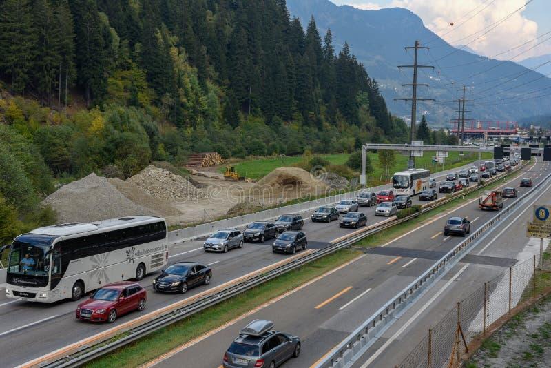Vehículos que esperan en la cola para entrar en el túnel de Gotthard en Switzer imagenes de archivo