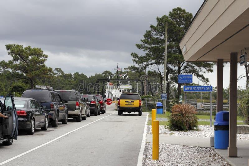 Vehículos que esperan para subir al transbordador de Southport fotografía de archivo