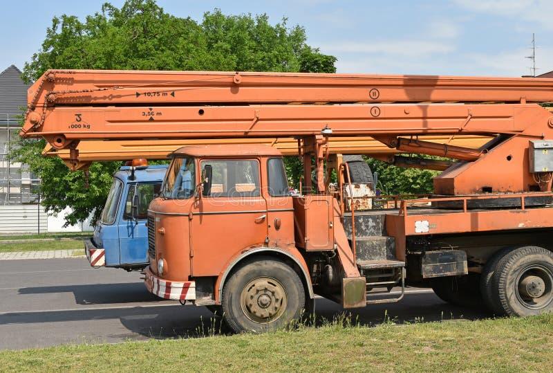 Vehículos viejos de la grúa en el estacionamiento fotografía de archivo