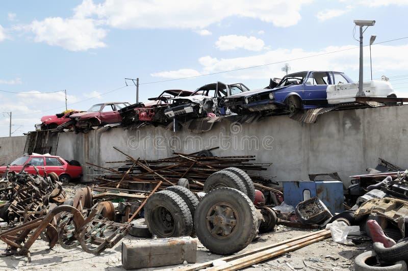 Vehículos viejos en una yarda auto del salvamento foto de archivo
