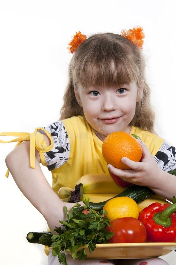 Vehículos y fruta de niños. imagenes de archivo