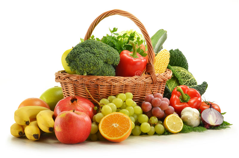 Vehículos y frutas en la cesta de mimbre aislada foto de archivo