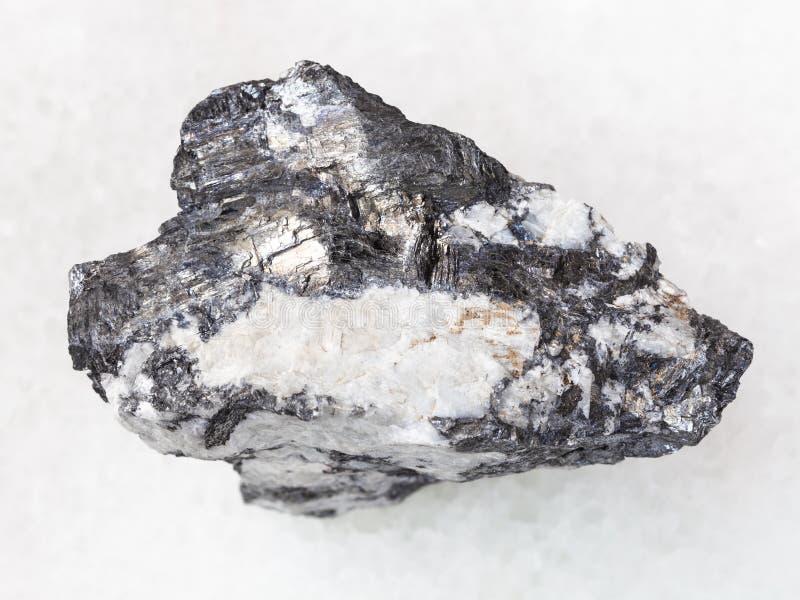 Veia de Bismuthinite na pedra crua de quartzo no branco imagem de stock royalty free