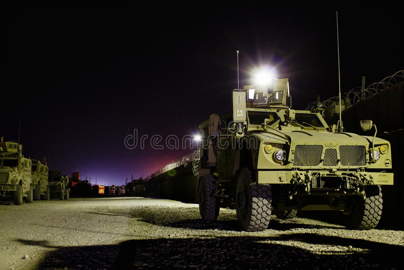 Veicoli blindati americani in Afghanistan alla notte fotografie stock libere da diritti