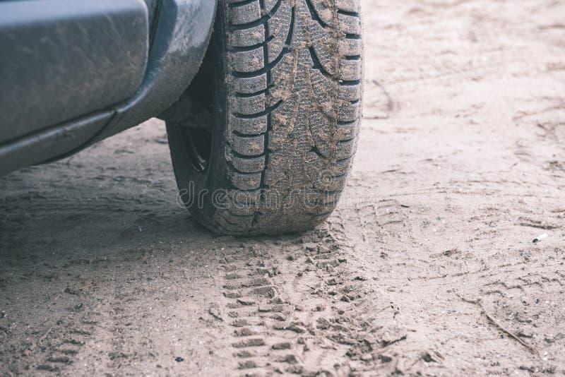 Veicoli fuori strada non identificati durante il safari del deserto - annata f immagini stock libere da diritti