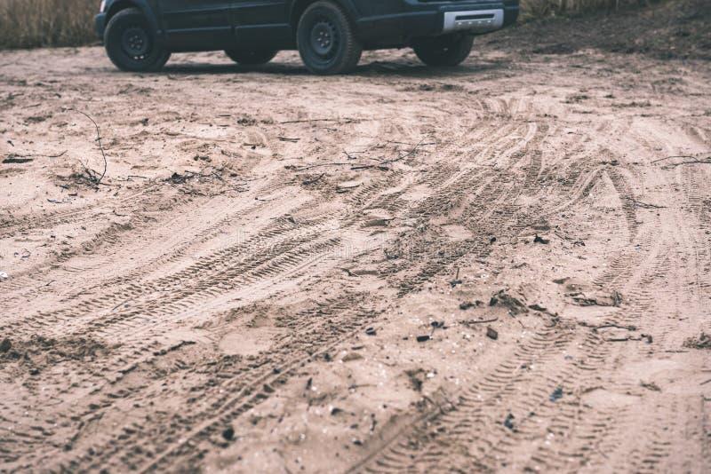Veicoli fuori strada non identificati durante il safari del deserto - annata f immagine stock