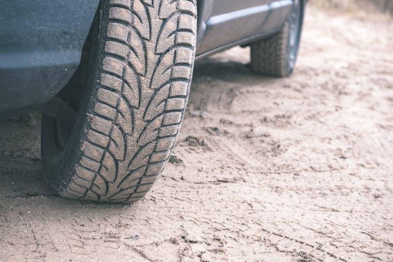 Veicoli fuori strada non identificati durante il safari del deserto - annata f immagini stock