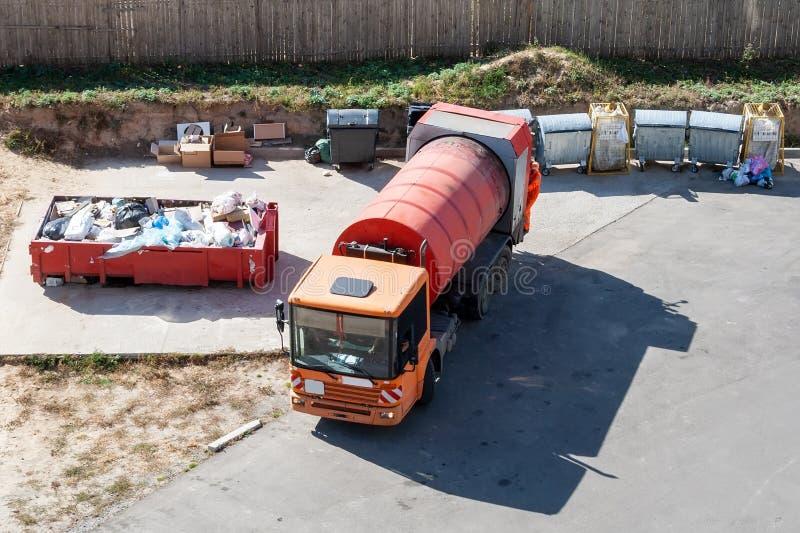 Veicoli per rifiuti a gas d'arancia moderni con bombola per compattare i rifiuti in plastica, metallo e immondizia riempita fotografia stock libera da diritti