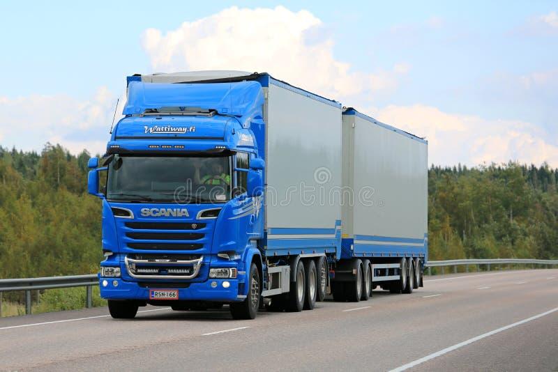 Veicolo blu di combinazione dell'euro 6 di Scania che trasporta all'estate immagini stock libere da diritti