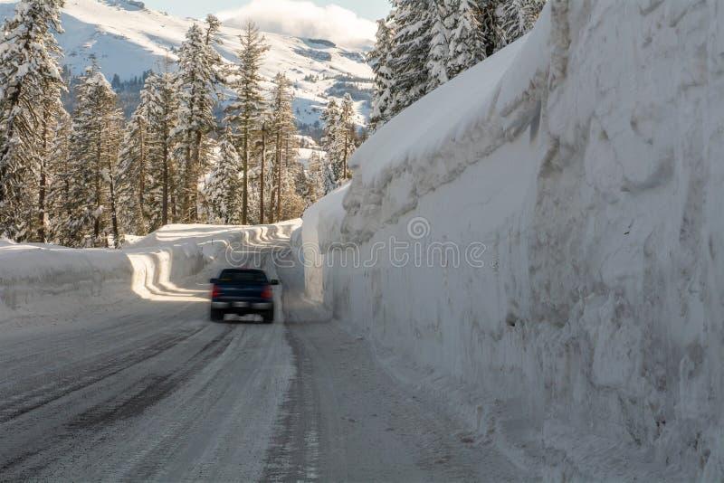 Veicolo commovente sulla strada della montagna nell'inverno immagini stock libere da diritti