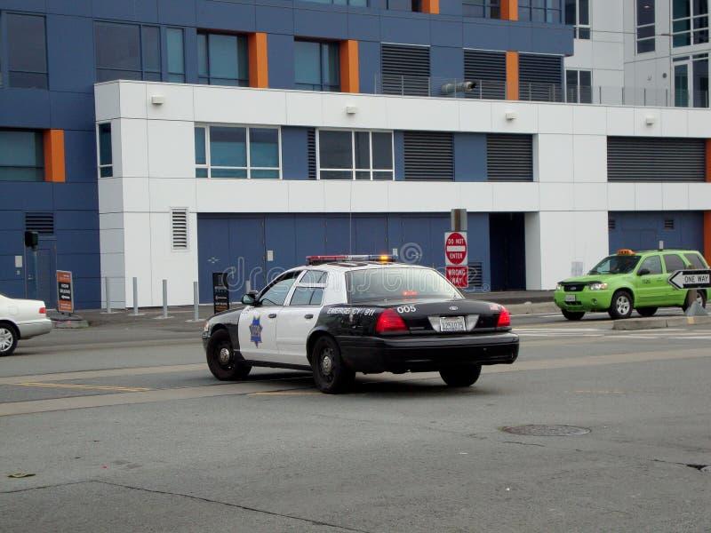 Veicolo del poliziotto di Ford Crown Victoria SFPD parcheggiato in mezzo a re Street immagini stock