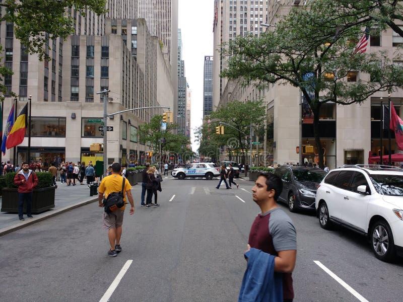 Veicolo di polizia che blocca la via, pedoni proteggenti, parata di festa del lavoro di New York, NYC, NY, U.S.A. immagini stock libere da diritti