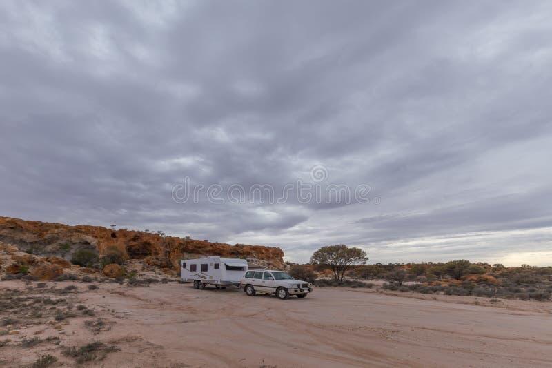 Veicolo di quattro ruote motrici e grande caravan bianco fotografia stock libera da diritti