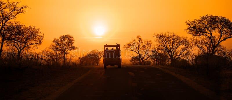 Veicolo di safari al tramonto immagine stock