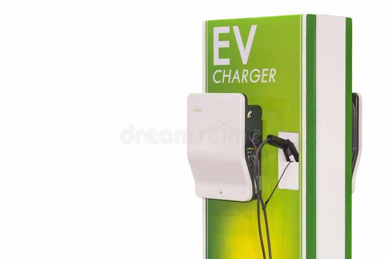 Veicolo elettrico che fa pagare la stazione di Ev per l'automobile di Ev isolata sul fondo bianco fotografie stock libere da diritti