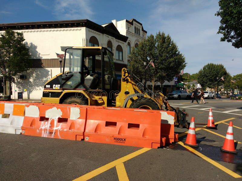 Veicolo parcheggiato nella via, CAT Forklift, coni di traffico, barriera del Jersey, Rutherford, NJ, U.S.A. della costruzione immagini stock