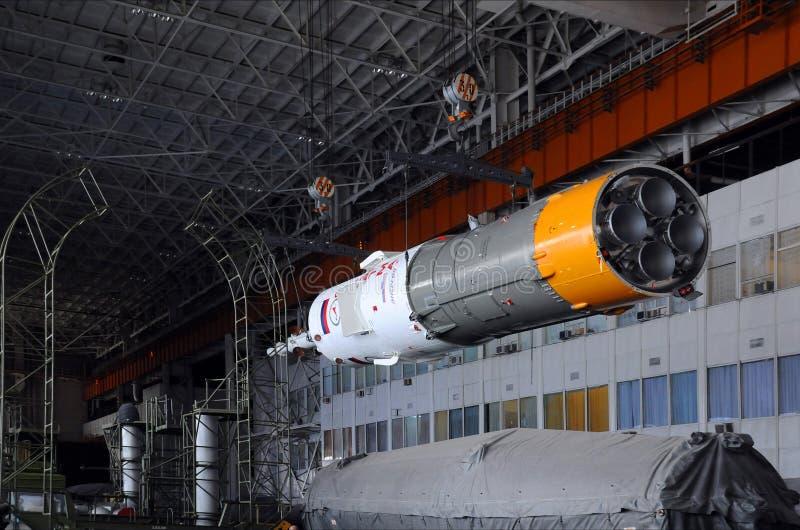 Veicolo spaziale di Soyuz nella costruzione della funzione di integrazione fotografia stock libera da diritti