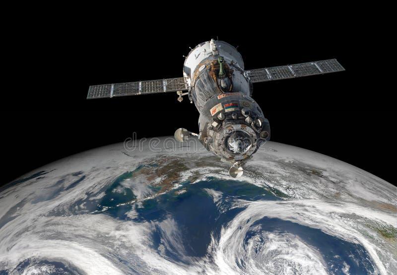 Veicolo spaziale Soyuz sopra il pianeta Terra immagini stock