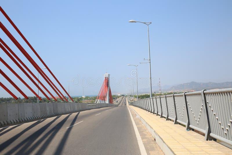 Veilig verkeer dankzij de brede, open brug stock foto's
